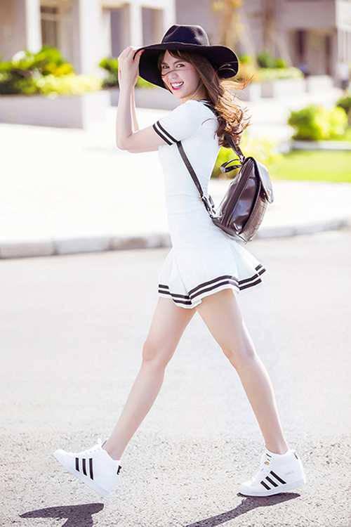 Ba lô da đen phom dáng nhỏ được người đẹp mix cùng chân váy trắng kẻ sọc đen, giầy sneaker trắng, set trang phục tạo được sức hút bởi sự hài hòa về màu sắc và kiểu dáng.