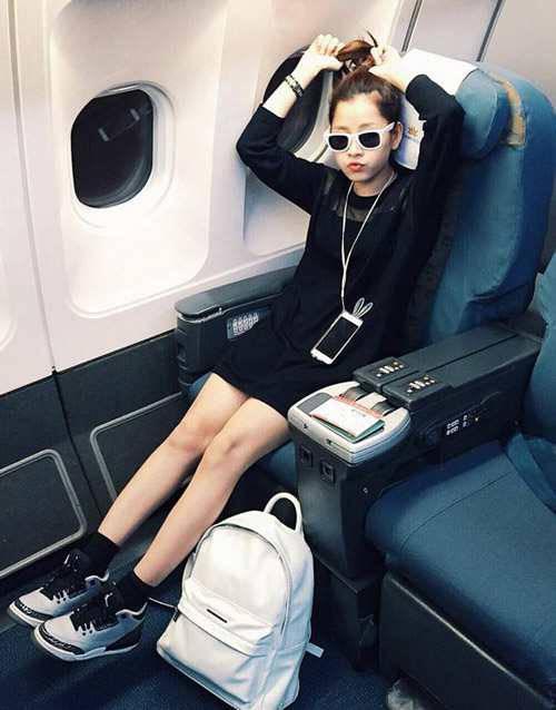 Chi Pu cũng chọn ba lô làm phụ kiện khi tham gia những chuyến bay, với set trang phục này người đẹp kết hợp hai tông màu đen và trắng cho váy suông dài tay, ba lô trắng, giày sneaker trắng đen.