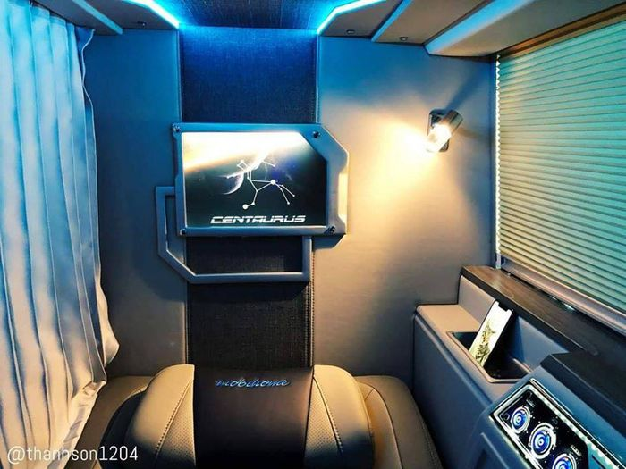 Xe có 2 tầng, tổng cộng là 22 phòng chia ra mỗi tầng có 11 phòng riêng biệt, có rèm kéo lại. Giường có độ rộng, có độ ngả tối đa rất thoải mái. Tại mỗi giường có trang bị cổng sạc điện thoại, màn hình LCD, khay đựng nước...