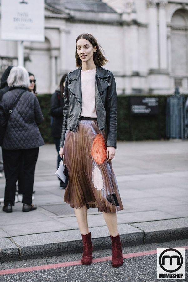 Kết hợp áo khoác da cùng chân váy xếp ly và đôi bốt