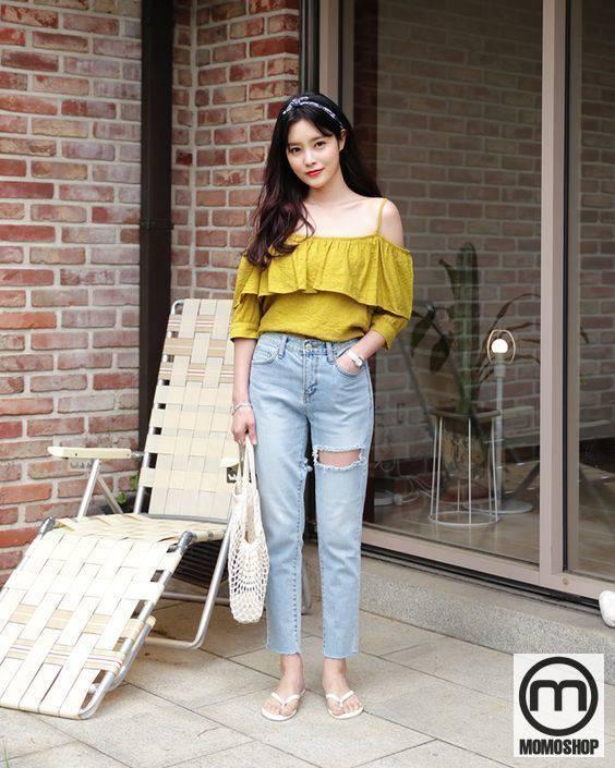 Do sự pha trộn giữa áo dài và quần jean đã tạo ra một hình thức kỹ lưỡng, giúp người mặc khoe bờ vai và đôi chân đẹp.