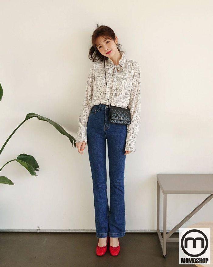 Đặc biệt, áo voan buộc dây + quần jeans nữ chiếm được nhiều sự tin tưởng từ phụ nữ vì tính lịch sự và tinh tế của nhân viên văn phòng.