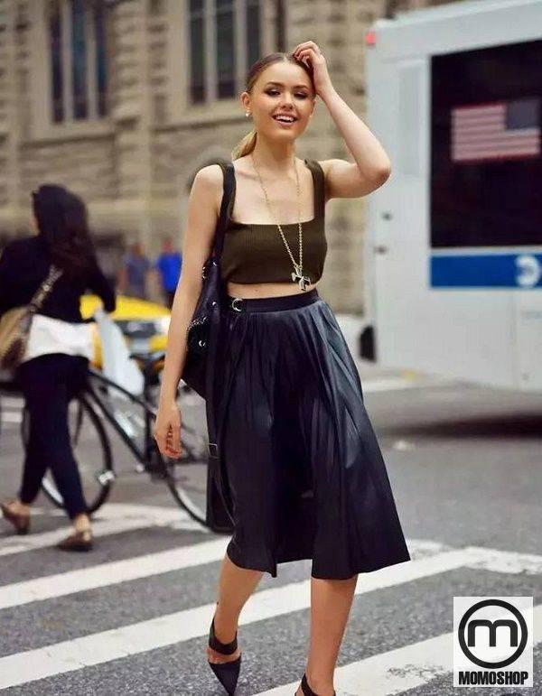 Chân váy xếp ly mix cùng áo croptop