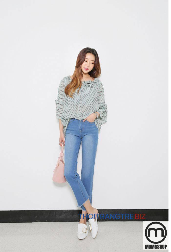 Không chỉ vậy, họa tiết còn là cách phối đồ với quần jeans nữ được nhiều cô gái lựa chọn đồng hành trong quá trình đi làm, đi chơi, đi dạo, v.v.