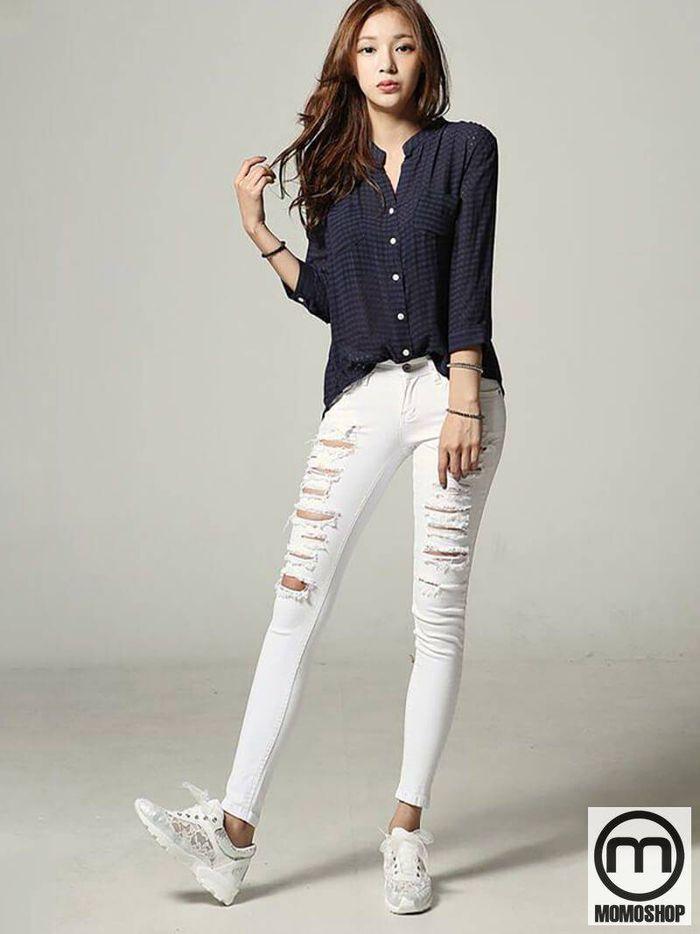 Tràn đầy quần jean rách mix cùng áo sơ mi đen trơn với áo trong suốt và kính sành điệu.