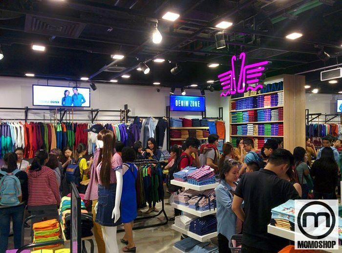 Với mức giá dao động từ 90.000 đến 450.000 đồng, trang phục đôi cho nam và nữ của cặp đôi TX TX có thể phục vụ nhiều khách hàng khác nhau.