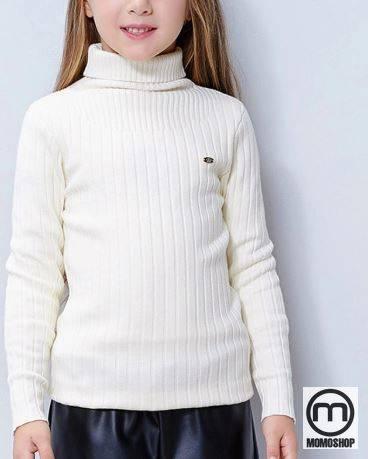 Mix đồ cho bé với áo len trắng và khăn quàng nâu kem