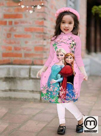 Bạn có thể để tóc phía sau con bạn tạo kiểu với váy. Các bé thật sành điệu và thanh lịch trong hình ảnh của chiếc áo dài cách tân này.