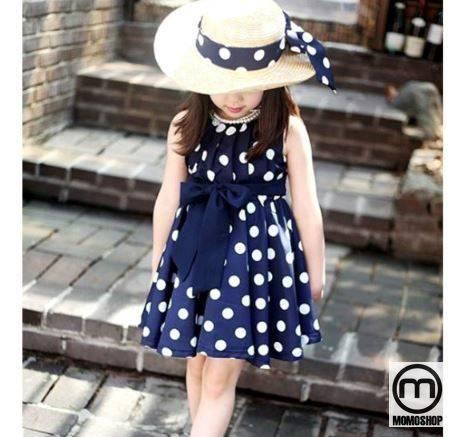 Váy chấm bi rất phù hợp với bé gái nên đây cũng là một trong những lựa chọn cho bé gái mặc đơn giản và đẹp.
