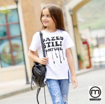Áo trắng xắn tay giúp tạo sự năng động và nhẹ nhàng kết hợp với quần thời trang giúp bé trông thật thời thượng và cá tính.