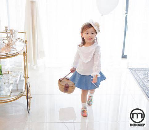 Nếu là mùa hè, bạn có thể mặc cho con bạn một chiếc áo không tay. Đặc biệt nếu bạn chọn áo sơ mi trắng với váy, chân váy thì trông rất đáng yêu và hợp mốt. Chắc chắn mặc những bộ quần áo đẹp này, bé không thể không thích.