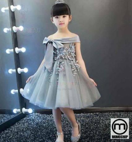 Chiếc váy màu cam với hình dáng yếm, váy bò hoặc váy xòe với tông màu đen trắng đáng yêu sẽ khiến bé trông như một nàng công chúa nhỏ xinh.