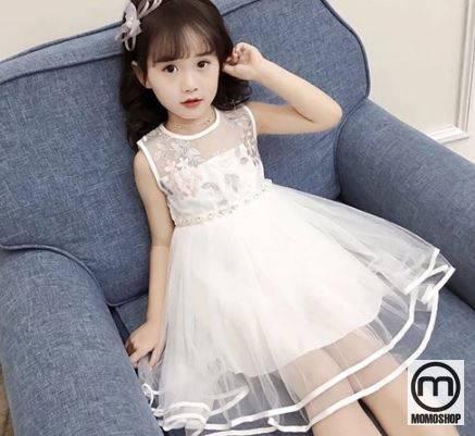 Váy có màu trắng tinh khiết và tông màu khiến em bé yếu đuối trông đáng yêu và vô cùng dễ thương.