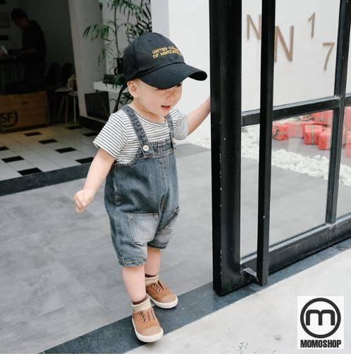 Bạn cũng có thể thêm mũ và kính cho bé để tạo vẻ ấn tượng hơn. Quần yếm rất dễ mặc nhưng đẹp, thời trang, vì vậy khi mặc nó, bạn sẽ yêu thích set đồ này.