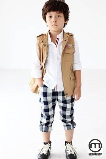 Đây là một bộ quần áo thời trang cho bé trai trông thật lãng mạn. Một chiếc áo sơ mi kẻ sọc có họa tiết sọc kết hợp với áo phông trắng có chữ bên trong giúp cô trông rất nam tính.