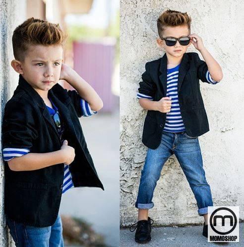 Một bộ trang phục mát mẻ cho bé có thể là áo sơ mi kẻ sọc xanh trắng kết hợp với quần jeans gấu xanh và vest đen.