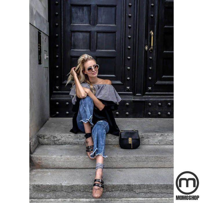 Kết hợp giày búp bê với áo bèo nhún cùng quần jeans ống loe