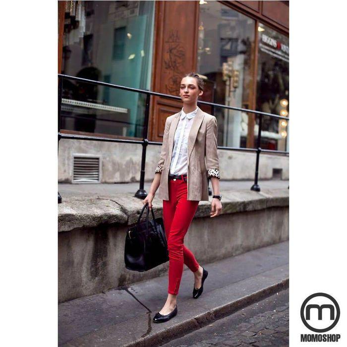 Kết hợp quần jeans và áo sơmi cùng giày búp bê