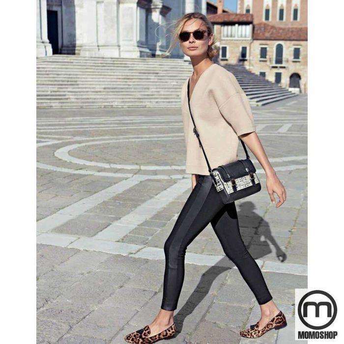 Kết hợp quần legging với áo thun cùng giày búp bê