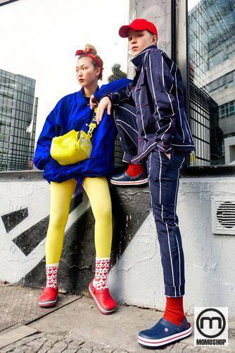 """Kelbin Lei và Kaylee đang dần định nghĩa lại cụm từ """"cặp đôi thời trang"""" trong từ điển của giới trẻ Việt Nam. Không cần thiết phải thể hiện hình ảnh giống hệt hoặc mặc trang phục thương hiệu đắt tiền, nhưng cách nhanh nhất để chinh phục thế giới thời trang, ghi điểm trong lòng những tín đồ thời trang là bắt kịp xu hướng Crocs & Socks mới này."""