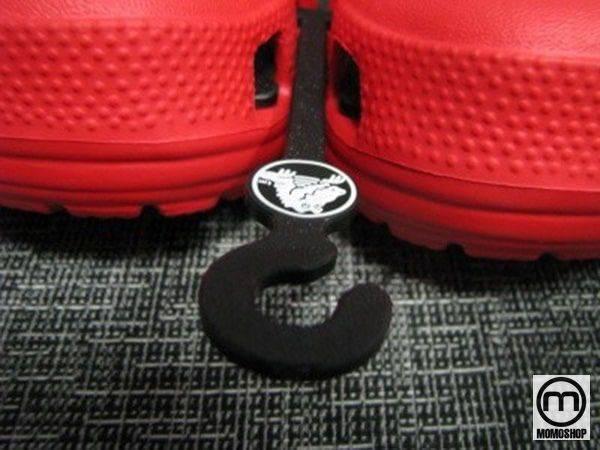 Real Crocs được cung cấp và bán với móc logo thương hiệu của công ty.