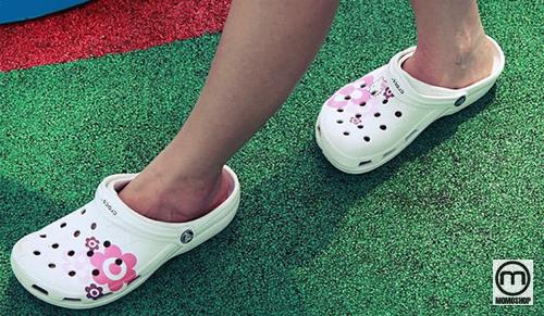 Tránh để những đôi giày Crocs tiếp xúc trực tiếp với ánh nắng mặt trời