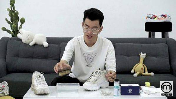 Sử dụng hóa chất chuyên dụng là cách làm sạch giày Fila