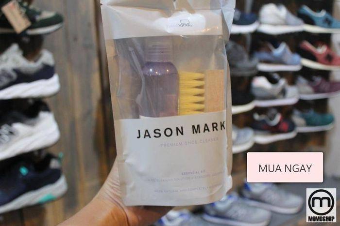 Làm sạch giày bằng nước vệ sinh chuyên dụng