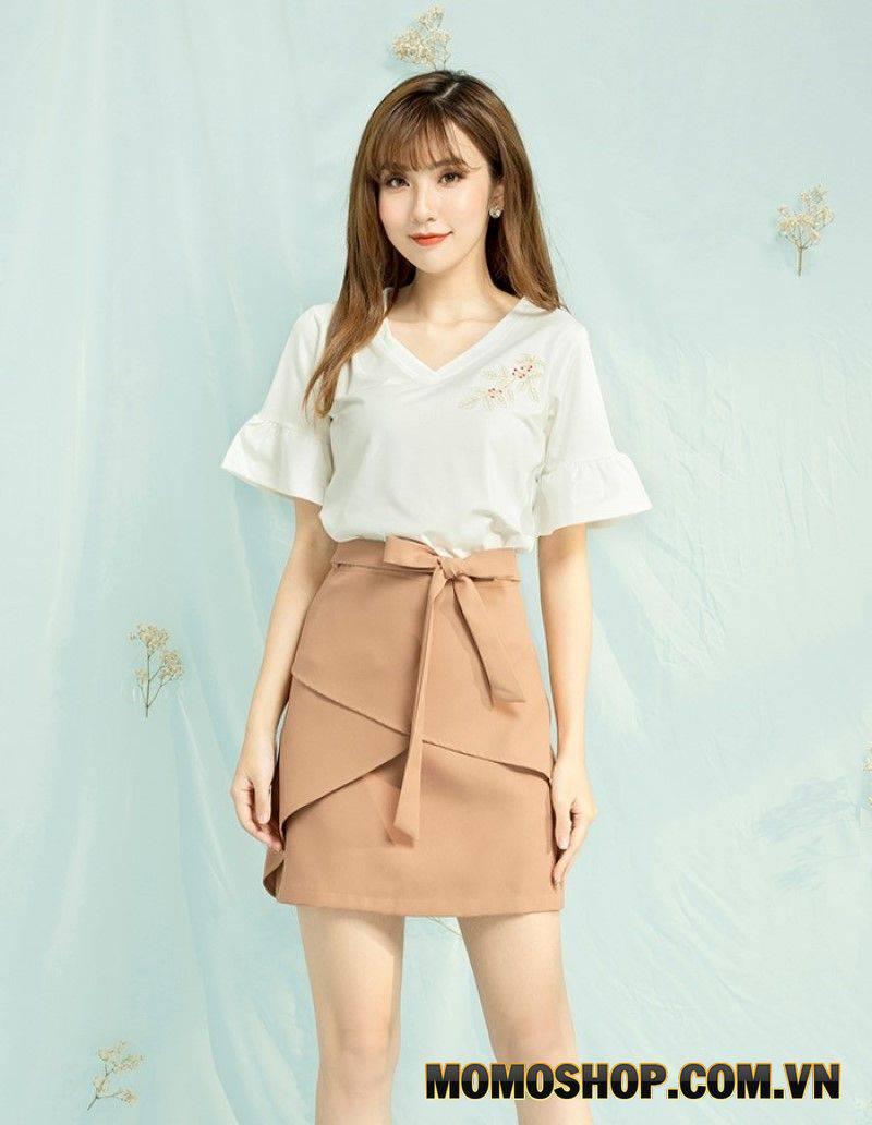 Chiếc váy màu be mix cùng áo sơ mi trắng là lựa chọn lý tưởng để mặc đi làm, đi chơi, hẹn hò cùng bạn bè.