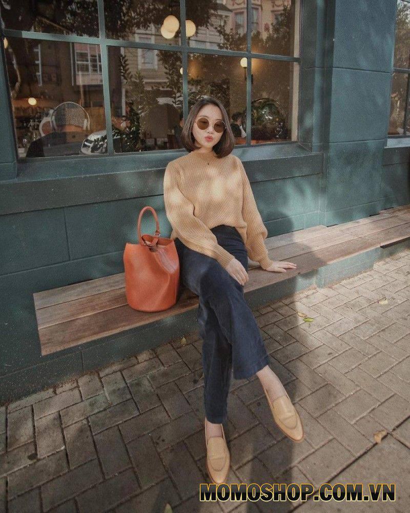 Áo len màu be kết hợp với quần denim là sự kết hợp hài hòa giúp người mặc trông trẻ trung và sành điệu hơn.