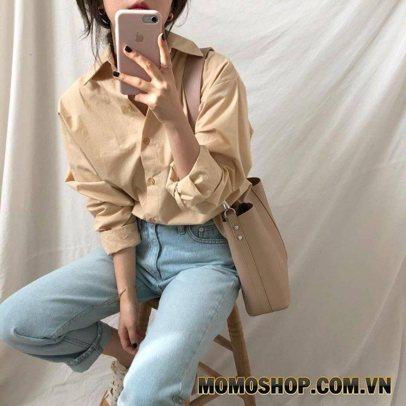 Phối đồ trơn với áo sơ mi màu be nhạt với quần denim