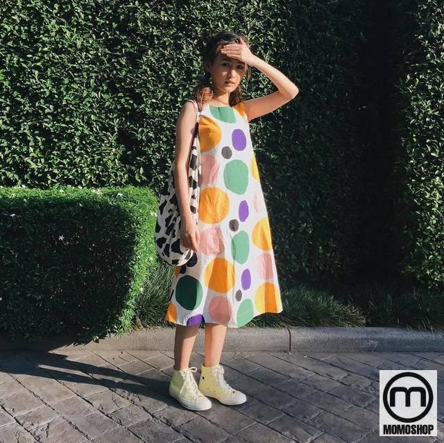 Mix đồ theo phong cách Vintage với Váy chấm bi tròn và giày Sneaker