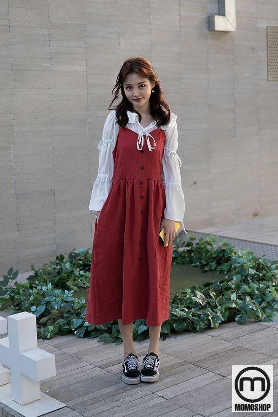 Mix đồ theo phong cách Vintage với váy yếm hai dây với áo bèo nhún cầu kì