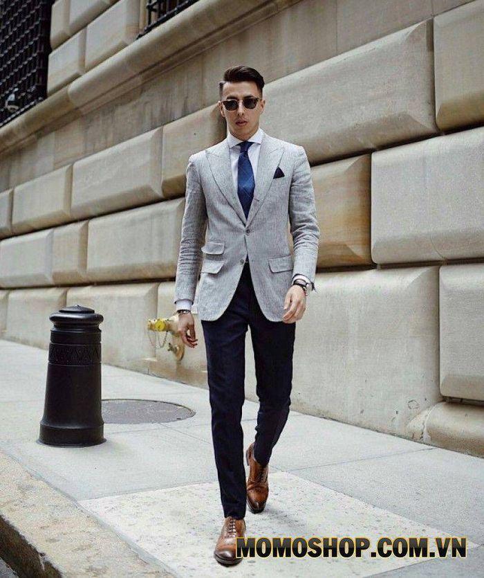 Kết hợp áo vest màu ghi cùng với quần xanh navy