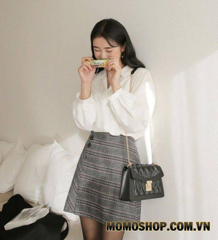 Kết hợp chân váy màu ghi cùng với áo sơ mi trắng