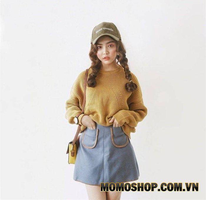 Kết hợp chân váy màu ghi xanh cùng với áo len vàng đất