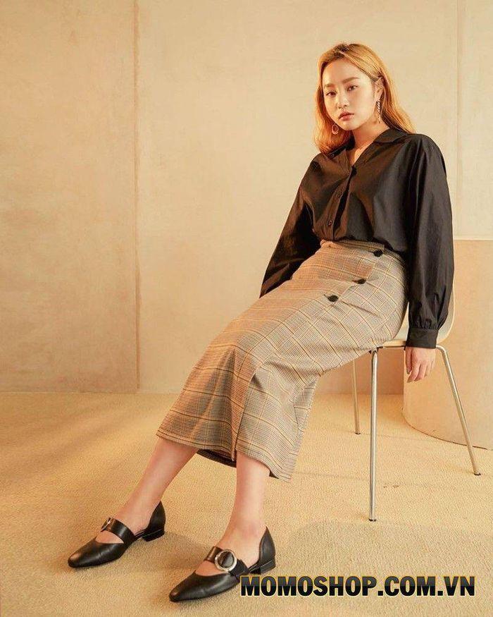 Chân váy midi kết hợp cùng với áo kiểu phổ biến tại Hàn Quốc