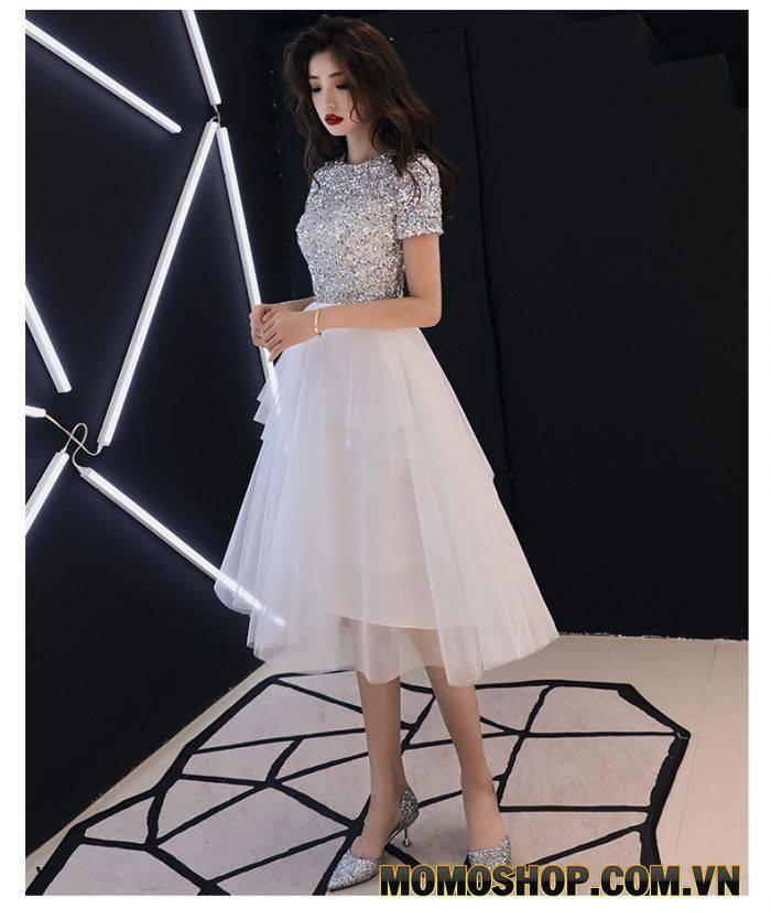 Váy kim tuyến xếp tầng lấp lánh và nổi bật