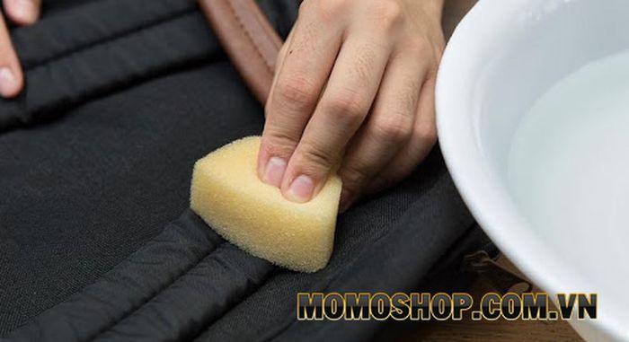 Giặt balo chống thấm nước tại nhà bằng tay